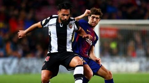 סרג'י רוברטו מנסה לעצור את איבן לופס (La Liga)