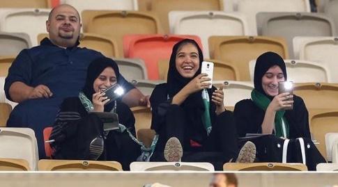 נשים במגרש כדורגל בערב הסעודית (אינסטגרם)