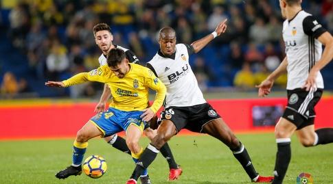 טאנה וג'ופרי קונדוגביה נאבקים על הכדור (La Liga)