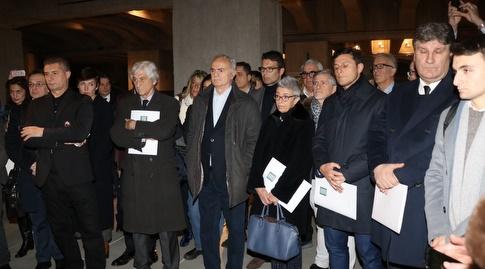זאנטי ושאר המשתתפים בטקס לזכר השואה במילאנו (צילום: Mario Golizia)
