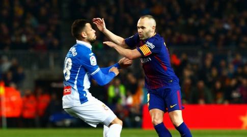 אנדרס אינייסטה חולף על פני חאבי פואגו (La Liga)