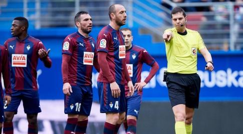 השופט מצביע על הנקודה הלבנה מול שחקני אייבר (La liga)