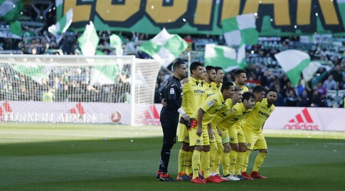 שחקני ויאריאל על רקע אוהדי בטיס (La Liga)