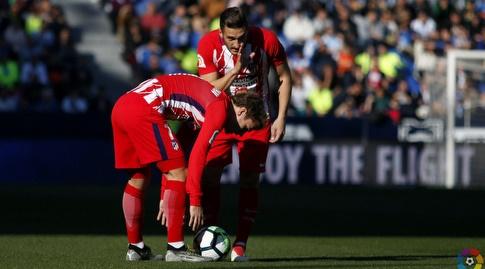 גריזמן מתכונן לבעיטה חופשית (La Liga)