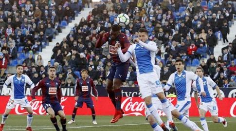 טקאשי אינוי עם הכדור (La Liga)