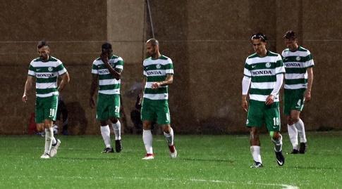 שחקני מכבי חיפה עם הפנים בכיוון הדשא (עמית מצפה)