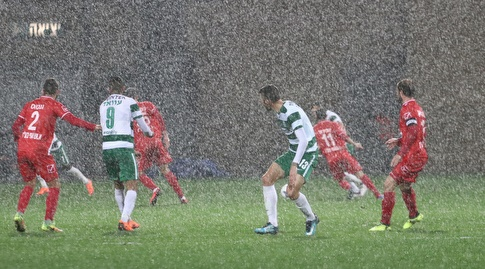 גשם שוטף באצטדיון בעכו (עמית מצפה)