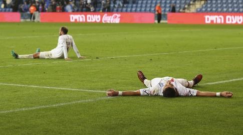 שחקני עכו שבורים על הדשא (איציק בלניצקי)