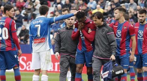 שייק טוקורה יורד בוכה מהמגרש (La Liga)