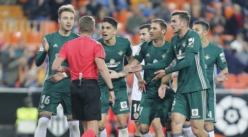 שחקני בטיס מוחים בפני אלחנדרו הרננדס (La Liga)
