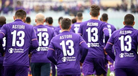 שחקני פיורנטינה עולים לדשא עם החולצה של אסטורי (רויטרס)