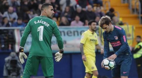 גריזמן מניח את הכדור על הנקודה הלבנה, אסנחו במלחמה פסיכולוגית (La Liga)