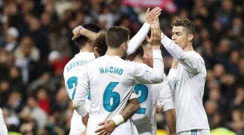 שחקני ריאל מחבקים את כוכב המשחק (La Liga)
