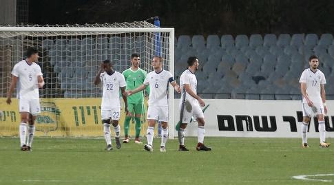 שחקני נבחרת ישראל מאוכזבים (שחר גרוס)