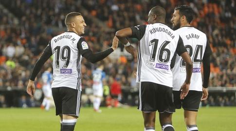 שחקני ולנסיה חוגגים יתרון מוקדם (La Liga)