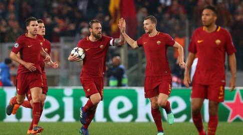 דה רוסי ושחקני רומא ממהרים למרכז המגרש אחרי השני (רויטרס)