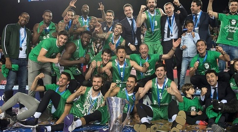 שחקני דרושפאקה עם הגביע (eurocup)