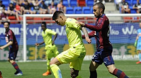 פאולו אוליביירה מנסה לחטוף את הכדור (La Liga)