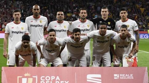 שחקני סביליה לפני שריקת הפתיחה (La Liga)