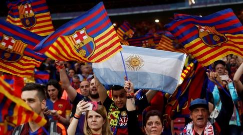 אוהדי ברצלונה מניפים דגל ארגנטינה (רויטרס)