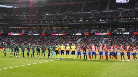 שחקני אתלטיקו מדריד ובטיס לפני השריקה (La Liga)