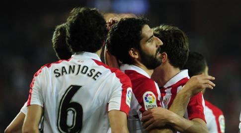 שחקני בילבאו חוגגים עם גארסיה (La Liga)