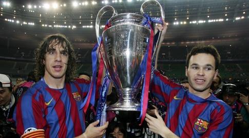 אנדרס אינייסטה וקרלס פויול מניפים את גביע ליגת האלופות (רויטרס)