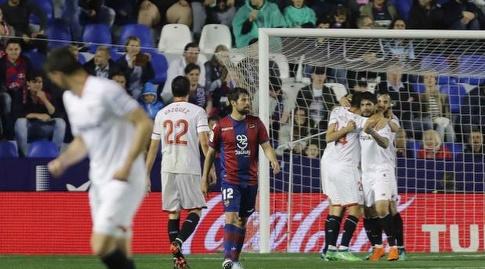 שחקני סביליה חוגגים את השוויון (La Liga)