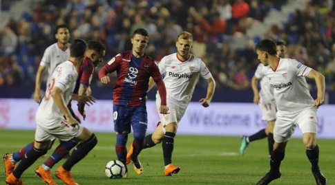 אניס בארדי מוקף שחקני סביליה (La Liga)