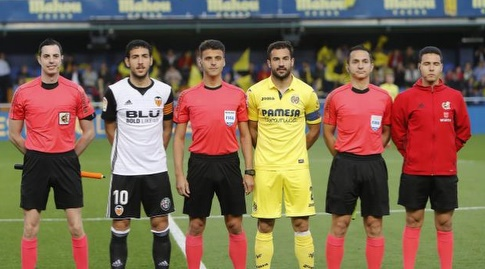 הקפטנים של שתי הקבוצות עם שופטי המשחק (La Liga)