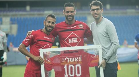 שלומי ארבייטמן זוכה לכבוד על הגעה ל-100 שערים (אחמד מוררה)