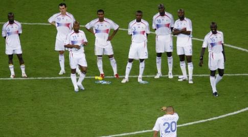 שחקני צרפת בהלם אחרי ההפסד בפנדלים בגמר מונדיאל 2006 (רויטרס)