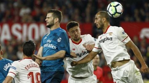 שחקני הקבוצות מתרוממים לנגיחה (La Liga)
