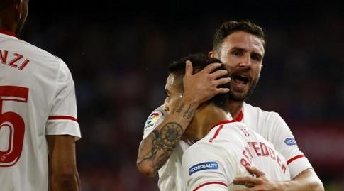 שחקני סביליה חוגגים עם בן ידר (La Liga)