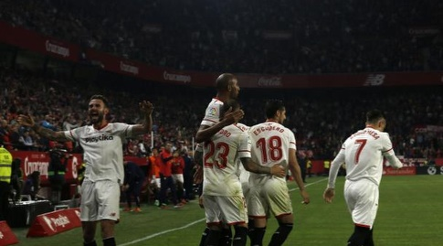 שחקני סביליה חוגגים את השלישי (La Liga)