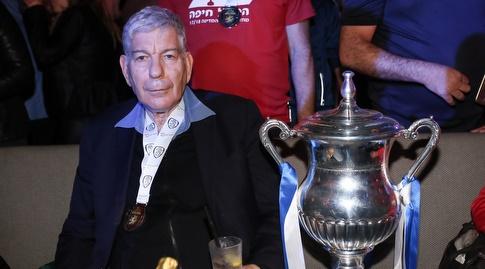 יואב כץ לצד גביע המדינה (רדאד ג'בארה)