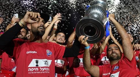 שחקני הפועל חיפה משחזרים את הנפת הגביע (עמרי שטיין)