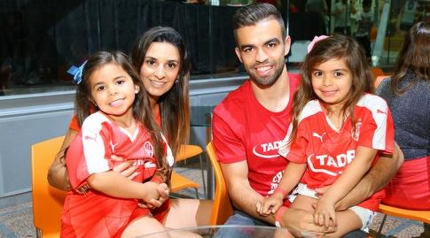 מיגל ויטור עם משפחתו (מרטין גוטדאמק)