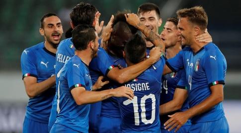 שחקני נבחרית איטליה חוגגים עם מריו באלוטלי (רויטרס)