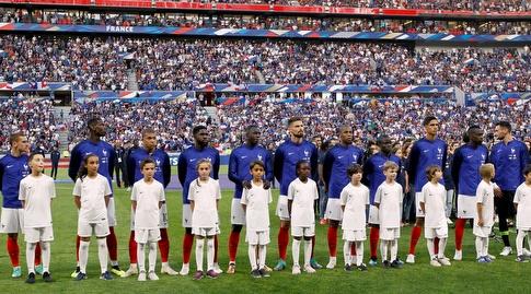 שחקני צרפת בזמן ההימנון (רויטרס)