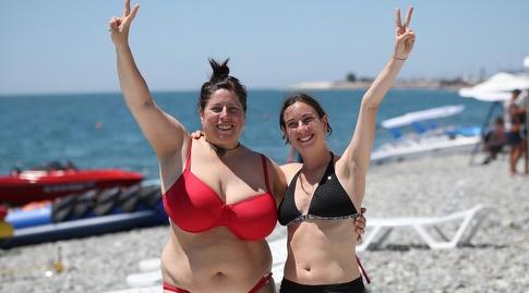 אוהדות ספרד בחוף בסוצ'י, מצב רוח אופטימי (רדאד ג'בארה)