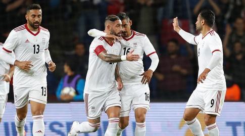 שחקני נבחרת איראן חוגגים עם אשקאן דג'אגה (רויטרס)