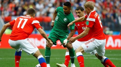 שחקני רוסיה מקיפים את אל-דוסארי (רויטרס)