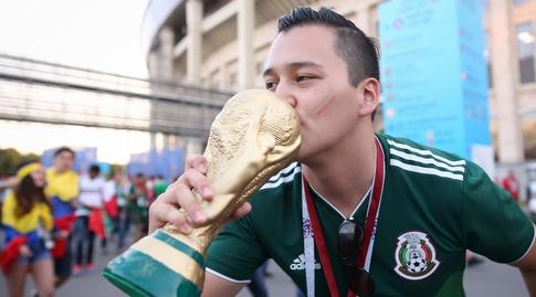 אוהד מקסיקני מנשק את הגביע העולמי (רדאד ג'בארה)