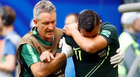 אנדרו נאבוט יורד מהמגרש בבכי (רויטרס)