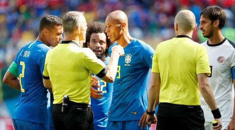 שחקני ברזיל מוחים בפני השופט (רויטרס)