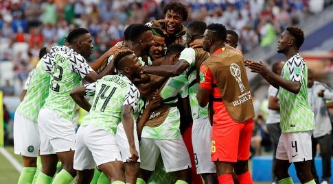 שחקני ניגריה חוגגים בטירוף עם אחמד מוסה (רויטרס)
