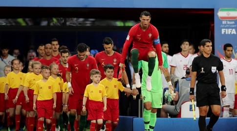 רונאלדו ופורטוגל עולים למגרש (רויטרס)