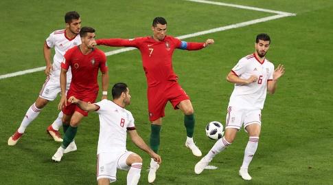 רונאלדו מנסה להגיע לכדור (רויטרס)