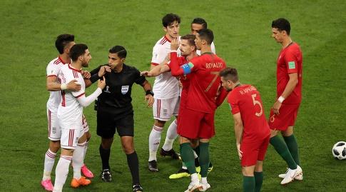 שחקני פורטוגל ואיראן מתווכחים (רויטרס)